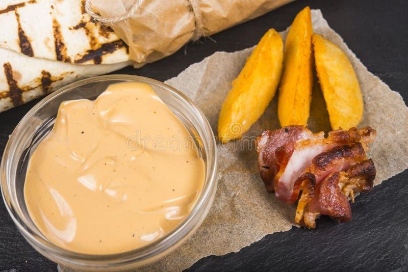 Burrito com fatias de carne, de salmouras e de fritadas do assado fotos de stock