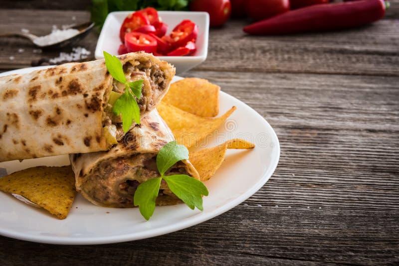 Burrito com microplaquetas e vegetais imagem de stock