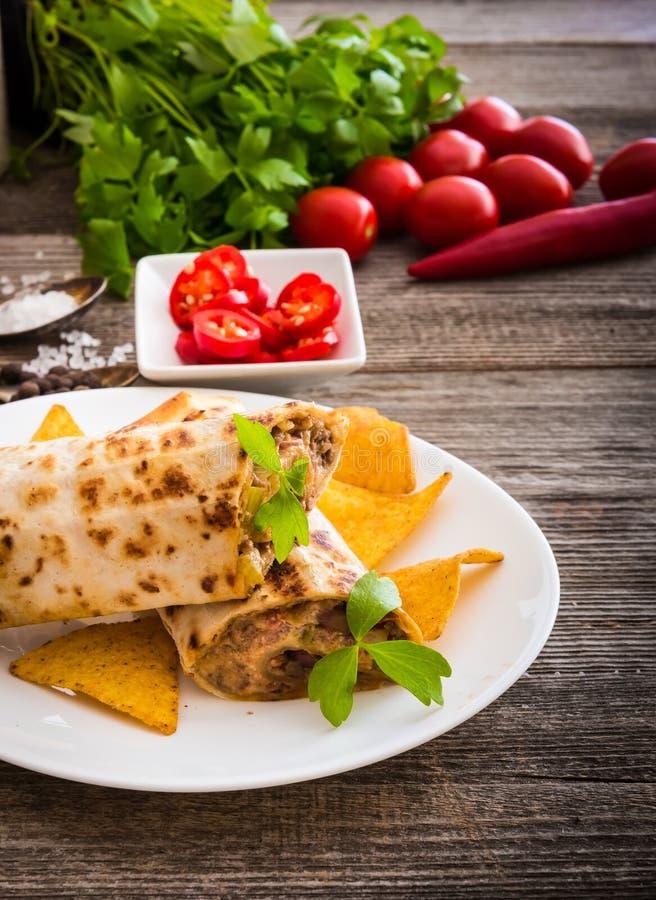 Burrito com microplaquetas e vegetais imagens de stock