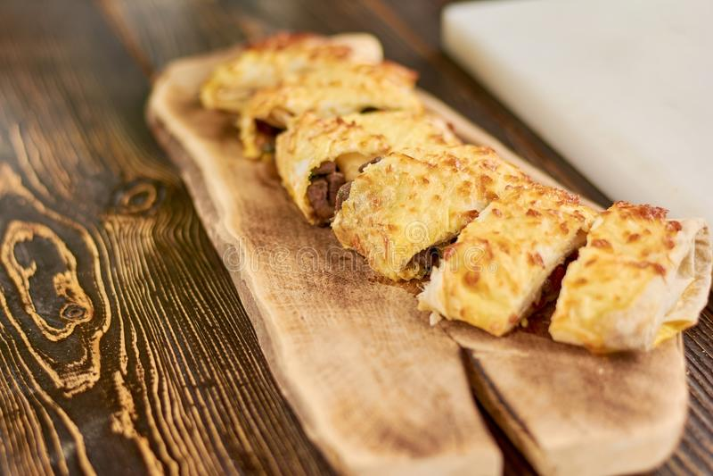 Burrito Cutted στον ξύλινο πίνακα στοκ φωτογραφίες