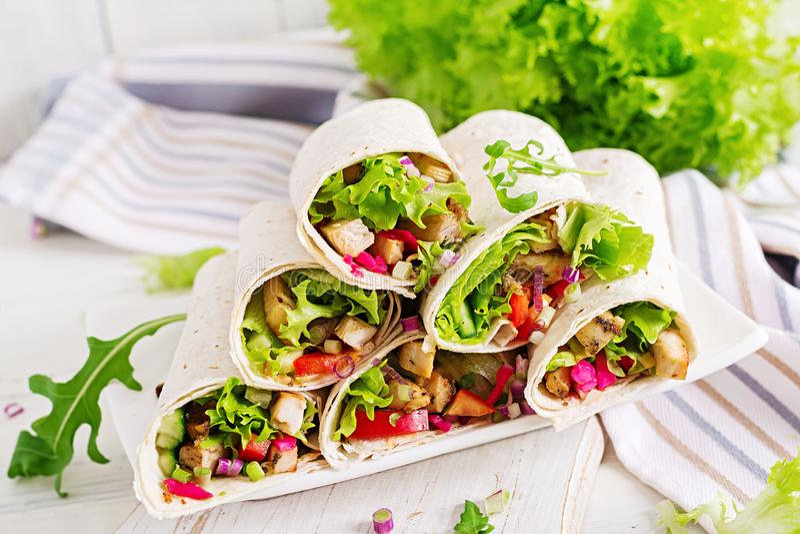 Burrito de poulet Déjeuner sain Enveloppes mexicaines de tortilla de fajita de nourriture de rue images libres de droits