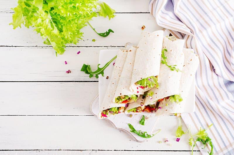Burrito de poulet Déjeuner sain Enveloppes mexicaines de tortilla de fajita de nourriture de rue photo stock