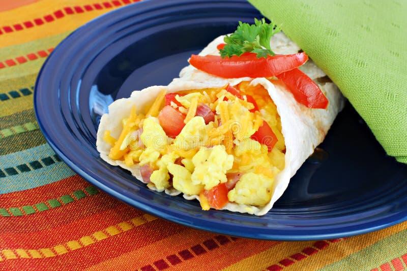 Burrito del huevo del desayuno imagenes de archivo