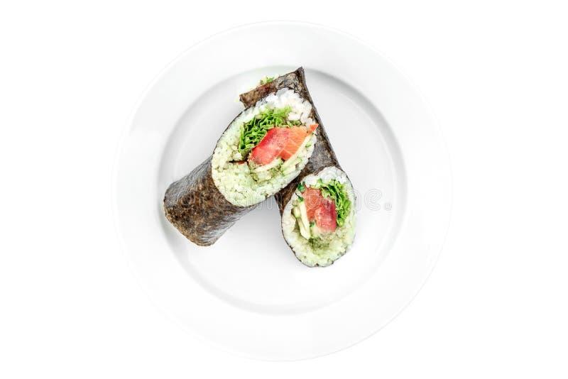 Burrito del sushi con los salmones y el pepino en una placa blanca aislada en el fondo blanco fotografía de archivo