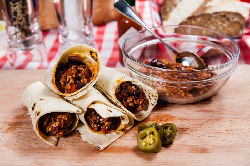 Burrito en el tablero de madera fotos de archivo libres de regalías
