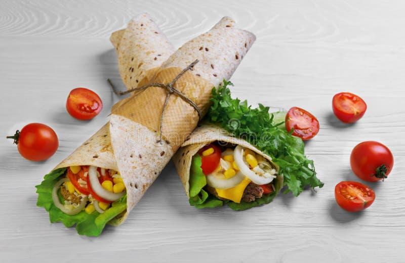 Burrito enveloppé en pain de tortilla image libre de droits