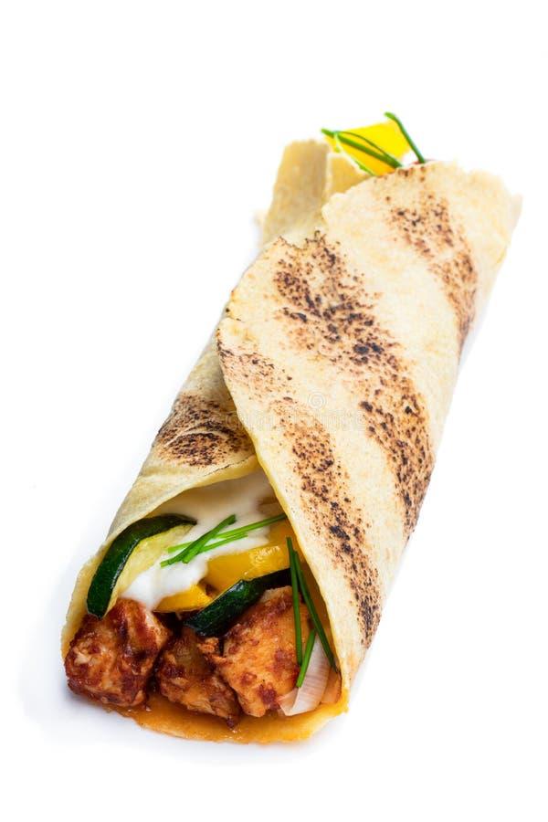Burrito grelhado caseiro da galinha com os vegetais e a tortilha isolados no branco fotografia de stock royalty free