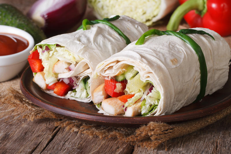 Burrito med horisontalhöna och grönsaker arkivfoto