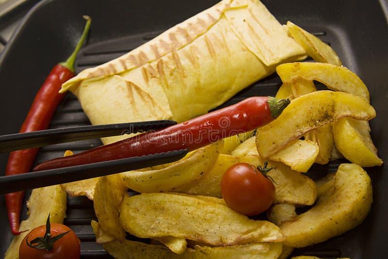 Burrito met aardappel op pan stock foto