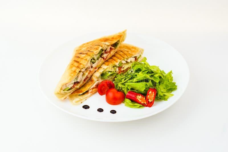 Burrito met salade in geïsoleerde plaat stock fotografie