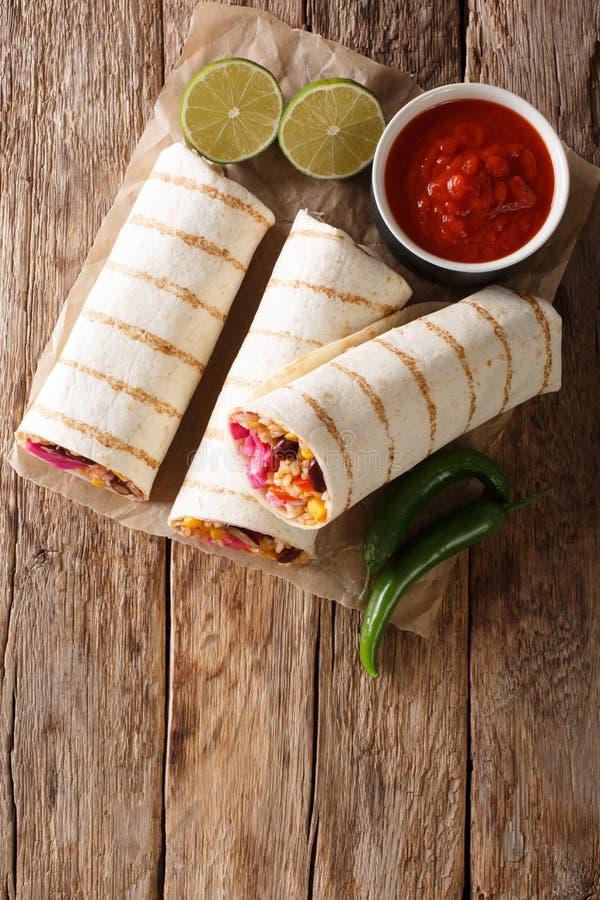Burrito mexicano asado a la parrilla delicioso del vegano con el arroz, habas, maíz, imagen de archivo