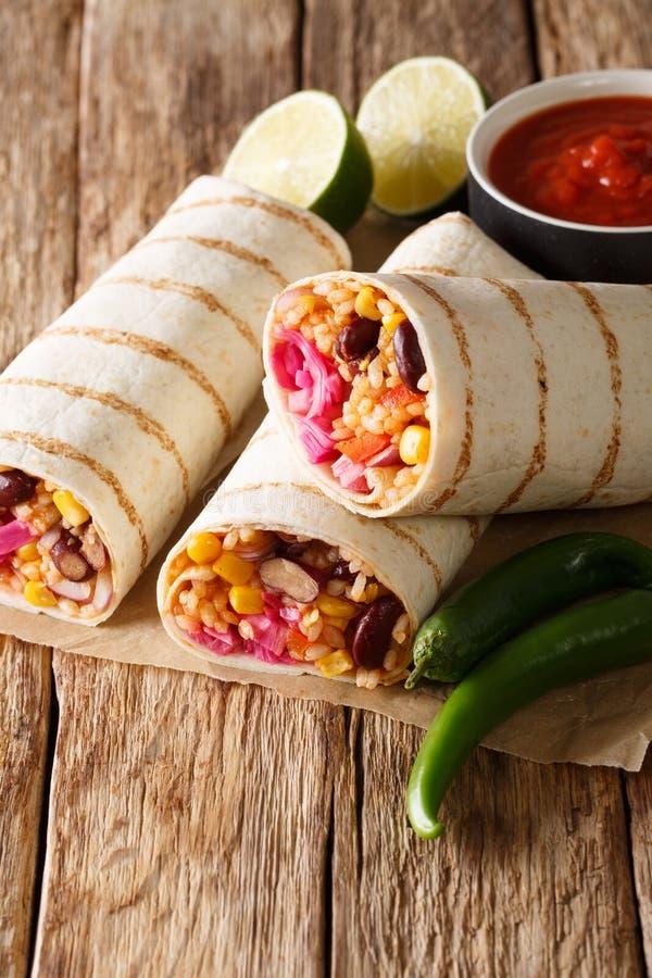 Burrito mexicano asado a la parrilla delicioso del vegano con el arroz, habas, maíz, fotos de archivo libres de regalías