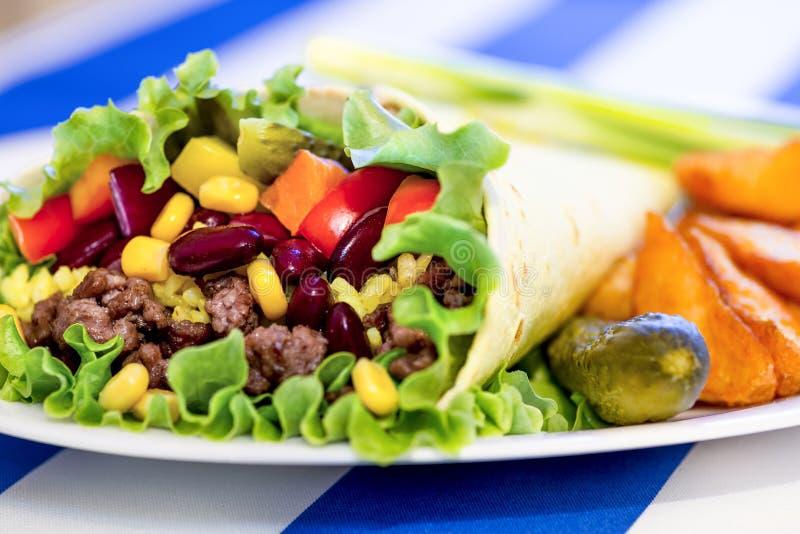 Burrito mexicano con la carne picadita de la carne de vaca imagen de archivo