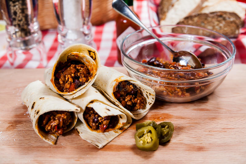 Burrito na placa de madeira fotos de stock royalty free