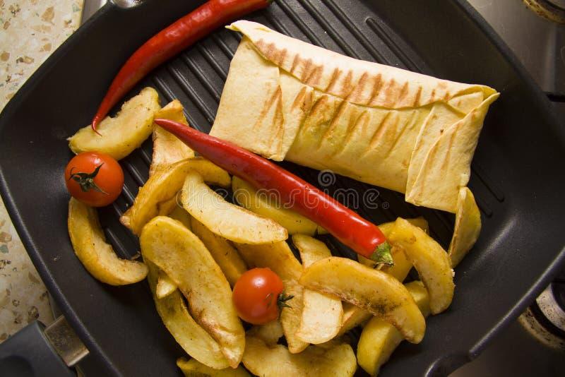 Burrito op pan met aardappel royalty-vrije stock foto's