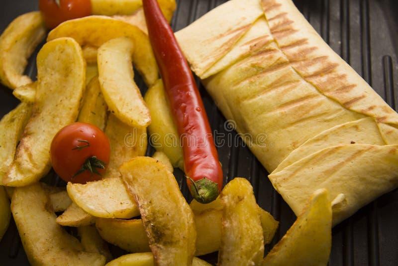 Burrito op pan met aardappel stock afbeeldingen