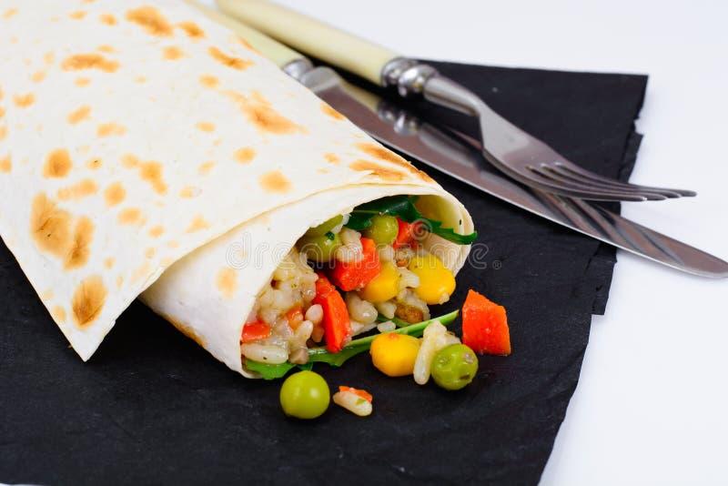 Burrito, Shawarma Lavash com galinha e vegetais fotos de stock