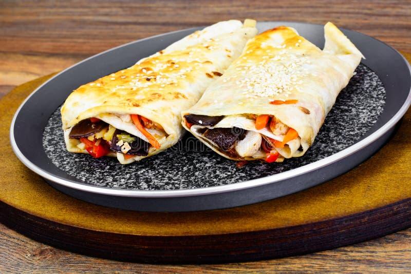 Burrito, Shawarma Lavash com galinha e vegetais imagens de stock royalty free