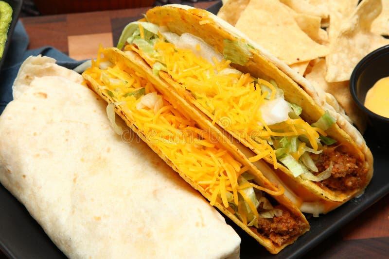 Burrito, taco, scricchiolio di Gordita e nacho fotografie stock