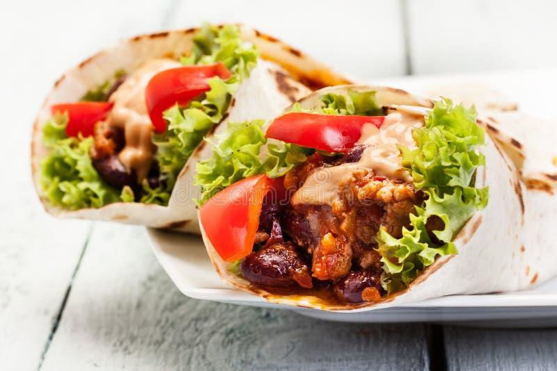 Burrito. Tortilla avec de la viande et des haricots photo stock