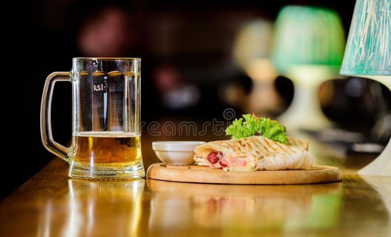 Burrito tortilla słuzyć drewniana deska Piwny i karmowy pojęcie Lavash burrito faszerował mięsną kiełbasę i serowy kumberland słu fotografia royalty free