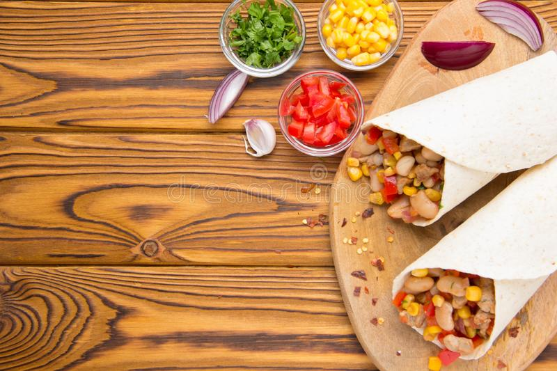 Burrito w tartilla z mi?sem, warzywa, bia?e fasole, czerwony pieprz, kukurudza Wy?mienicie lunch, Meksyka?ski jedzenie, domowej r obrazy stock