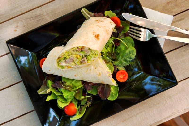 Burrito z rzodkiewkami, papryka słodka, pomidor zdjęcie royalty free