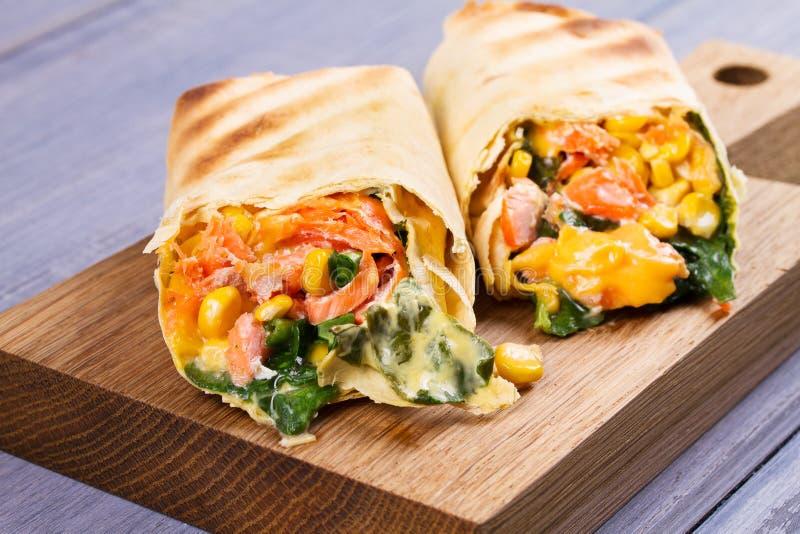 Burritos de los salmones, de la espinaca, del Cheddar y del maíz Abrigos de los pescados imagen de archivo libre de regalías