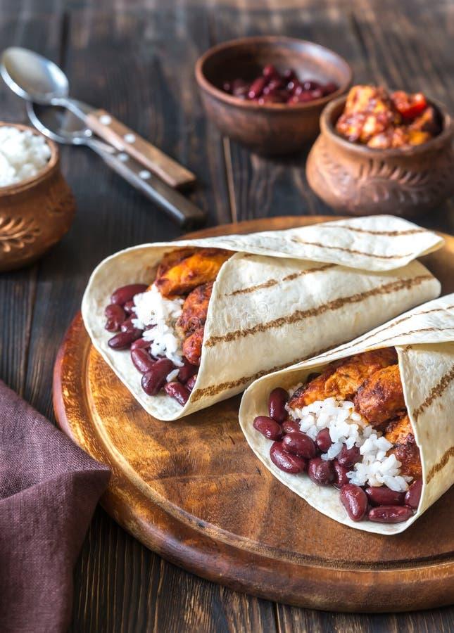Burritos de poulet avec des ingrédients image stock
