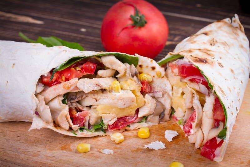 Burritos del pollo, del fungo, del formaggio e degli spinaci fotografia stock libera da diritti