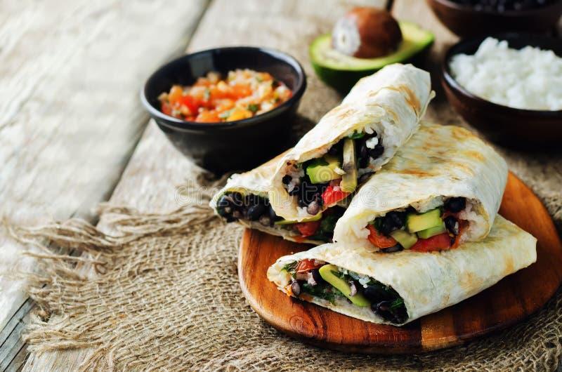 Burritos för tomat för avokado för svart böna för ris royaltyfria foton