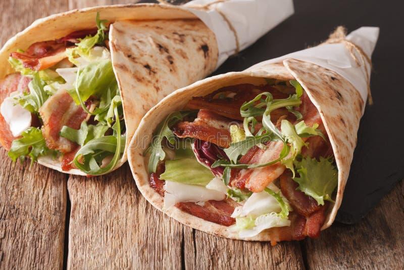 Burritos met bacon en verse mengeling van saladeclose-up horizontaal stock fotografie