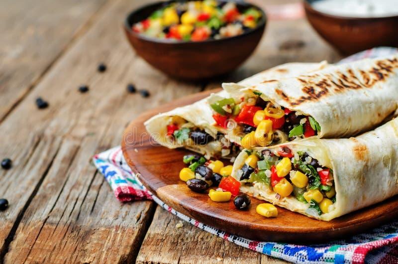 Burritos Quinoa der schwarzen Bohne des Pfeffermais lizenzfreie stockfotografie