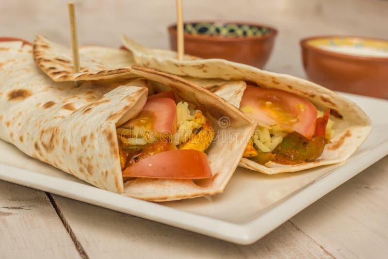 Download Burritos Wypełniający Z Kurczakiem, Pieprzami, Ryż I Pomidorem, Zdjęcie Stock - Obraz złożonej z tortilla, greenbacks: 42525858
