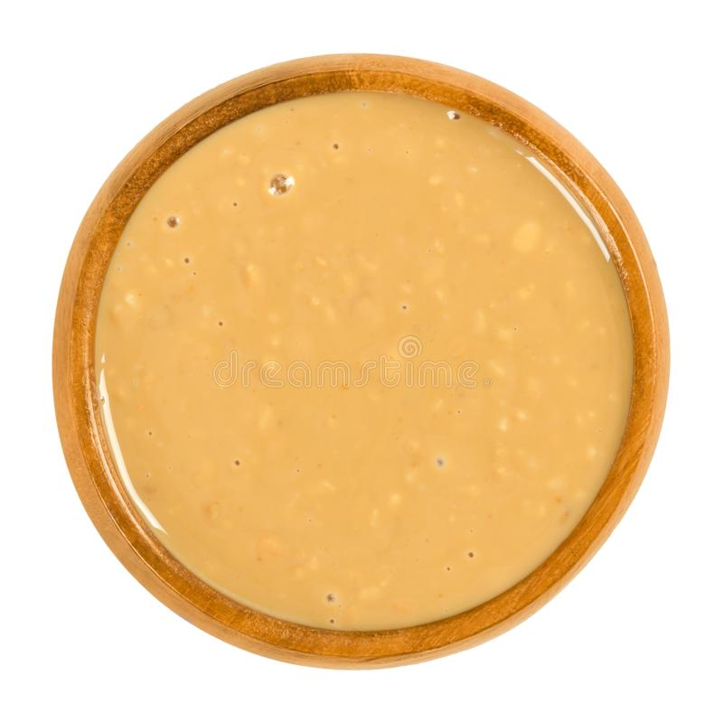Burro di arachidi croccante in ciotola di legno sopra bianco immagine stock libera da diritti