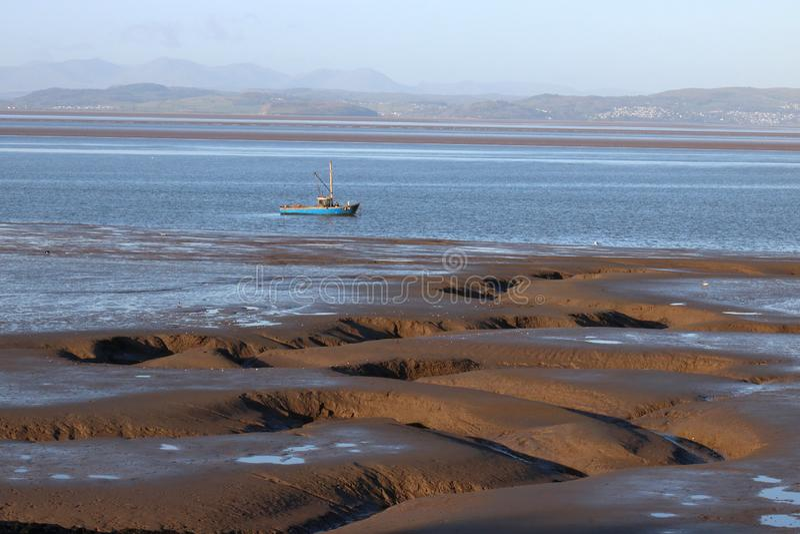 Burrone sulla riva e vista attraverso la baia di Morecambe immagini stock