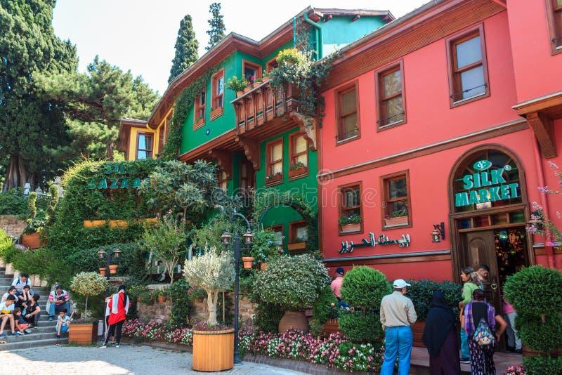 Bursa/Türkei - 4. September 2019: Historisch-farbenfrohe Häuser in Bursa lizenzfreie stockfotos