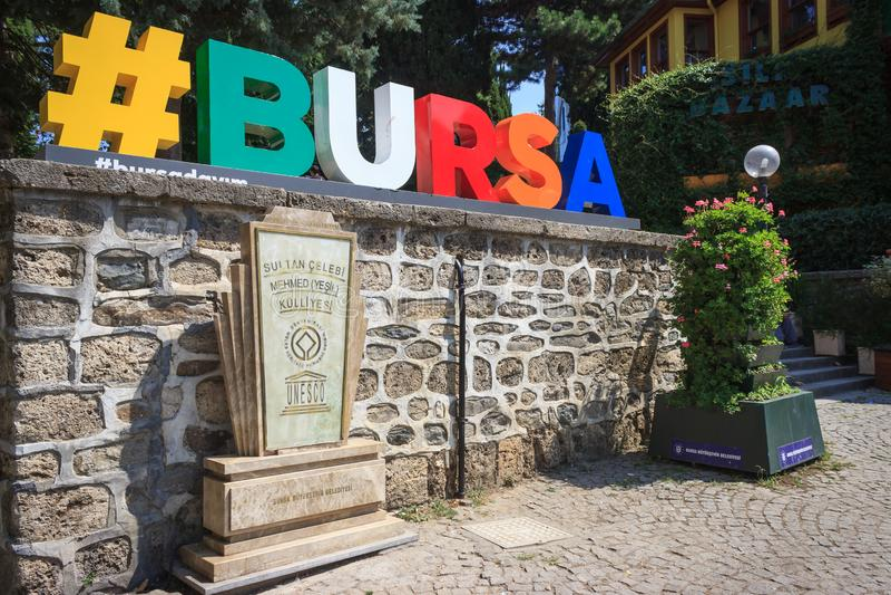 Bursa/Türkei - 4. September 2019: Bursa-Logo und Weltkulturerbe-Denkmal lizenzfreie stockfotografie