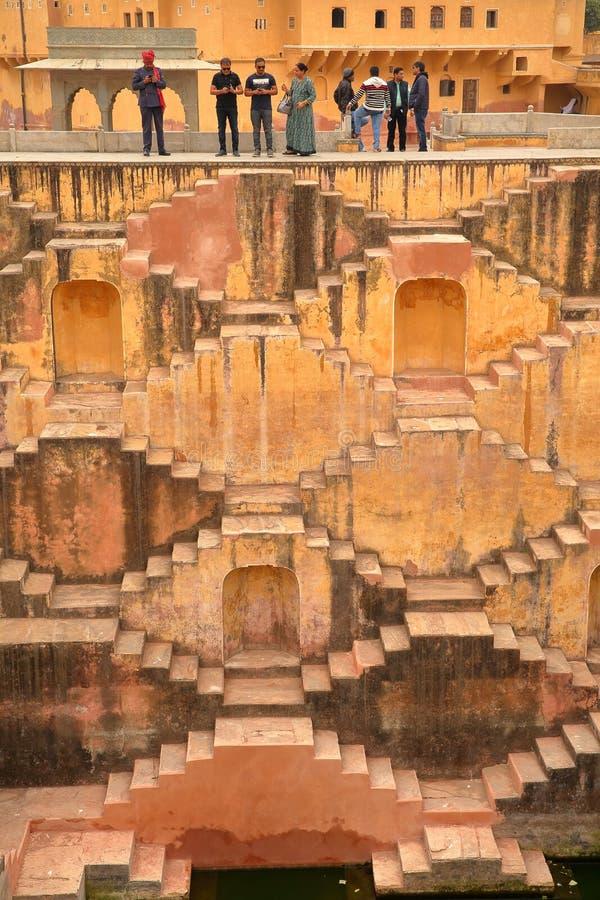 BURSZTYN, RAJASTHAN INDIA, GRUDZIEŃ, - 05, 2017: Panna Meena Baori Stepwell lub kroka Well blisko Jaipur zdjęcia royalty free