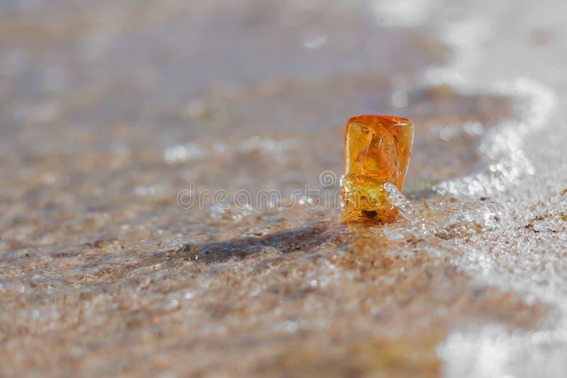 Bursztynu kamienny zbliżenie przy Bałtyckim brzeg zdjęcia stock