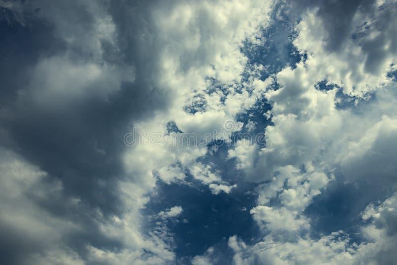 Burz chmury na niebieskim niebie zdjęcie royalty free