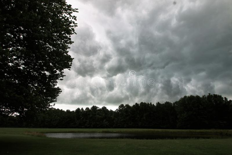 Burz chmury nad jeziorem w Indiana obrazy royalty free