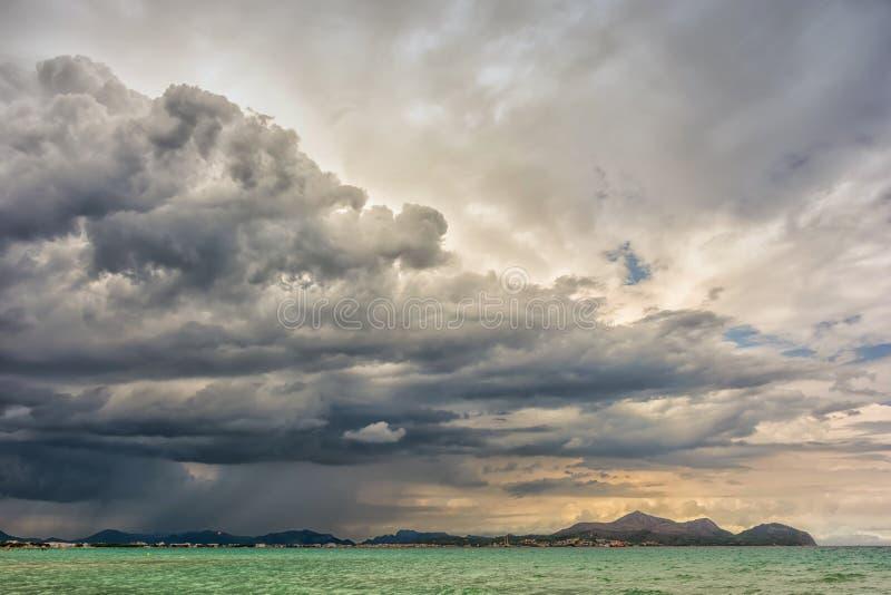 Burz chmury nad morzem przy wybrzeżem Mallorca fotografia royalty free