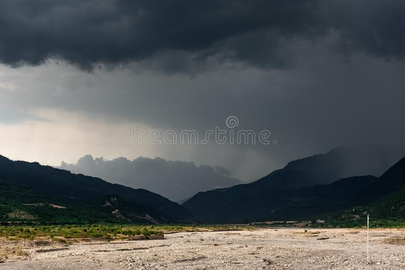 Burz chmury nad pasmem górskim obraz royalty free