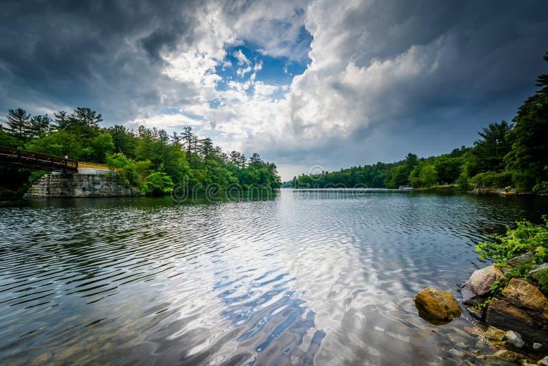 Burz chmury nad Piscataquog rzeką w Machester, Nowy baleron obraz royalty free