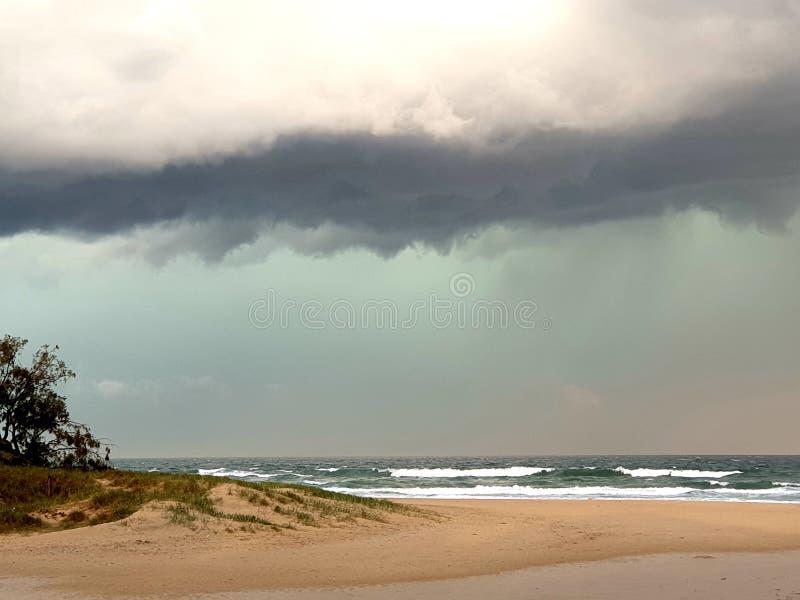 Burz chmury nad plażą obrazy stock