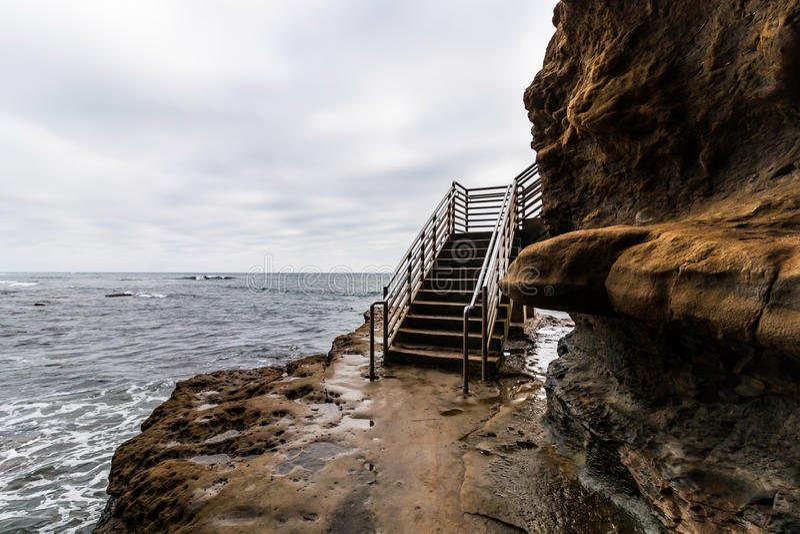 Burz chmury Nad zmierzch falez oceanu dostępu schodkami zdjęcie royalty free