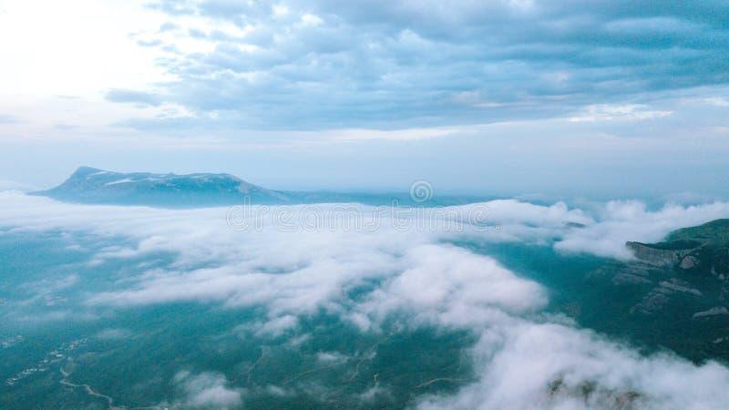 Burz chmury w górach na lato ranku zdjęcia stock