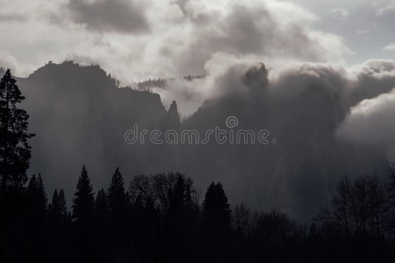 Burz chmury w Yosemite dolinie obrazy stock