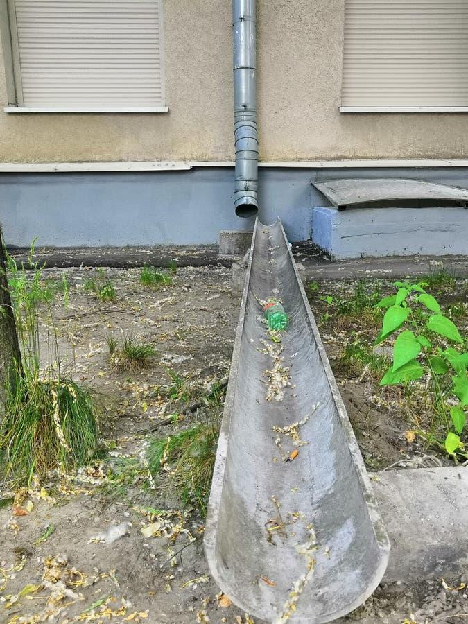 Burz drymby od wieżowa brąz i metal barwią Drymby dla deszczówki runoff obrazy royalty free